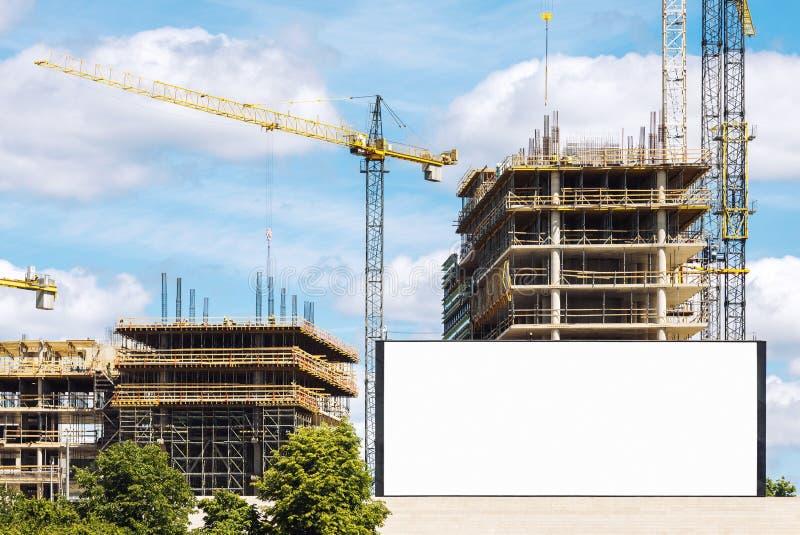 Panneau d'affichage extérieur au chantier de construction photographie stock libre de droits