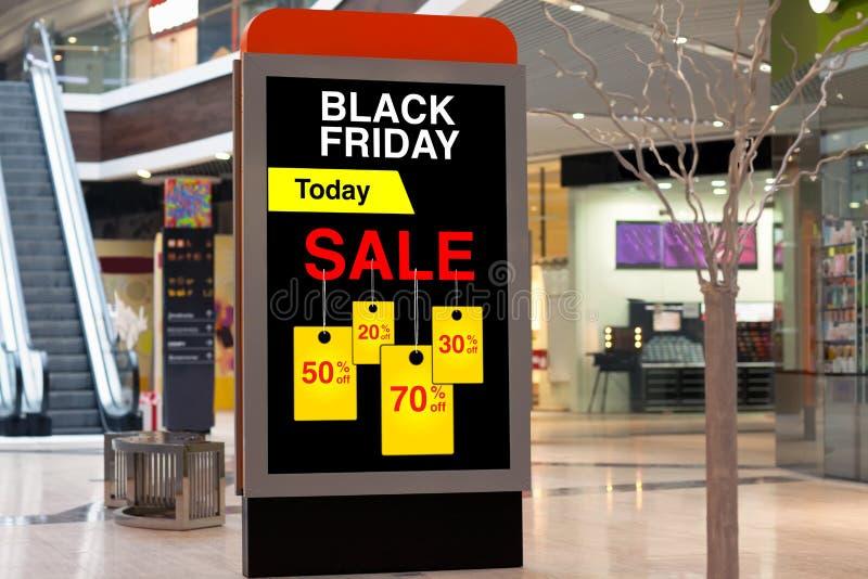 Panneau d'affichage faisant de la publicité Black Friday et des remises dans grand moyen images stock