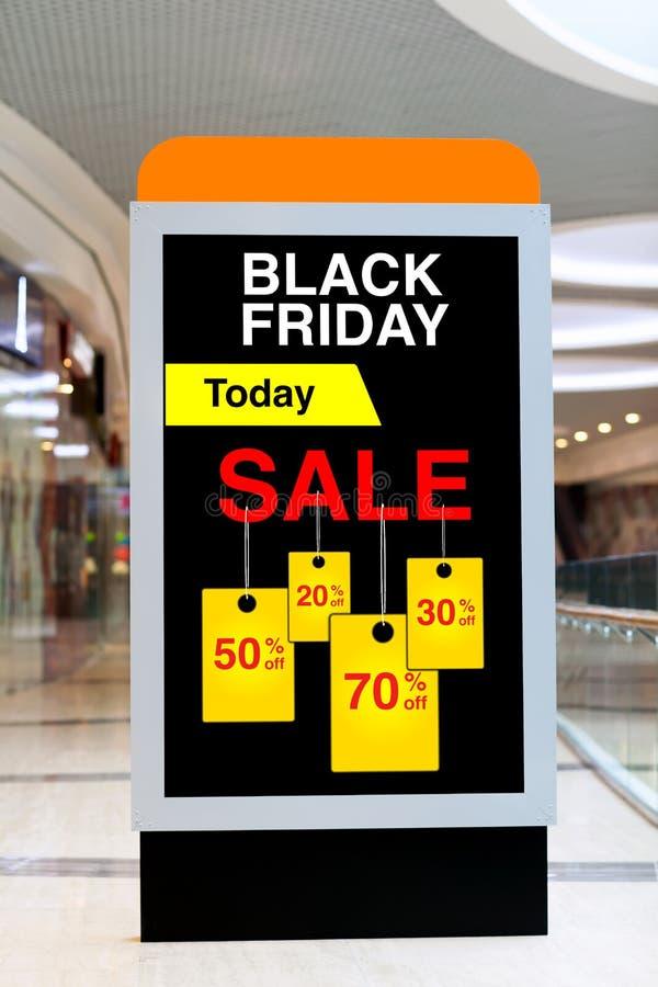 Panneau d'affichage faisant de la publicité Black Friday et des remises dans grand moyen photo stock