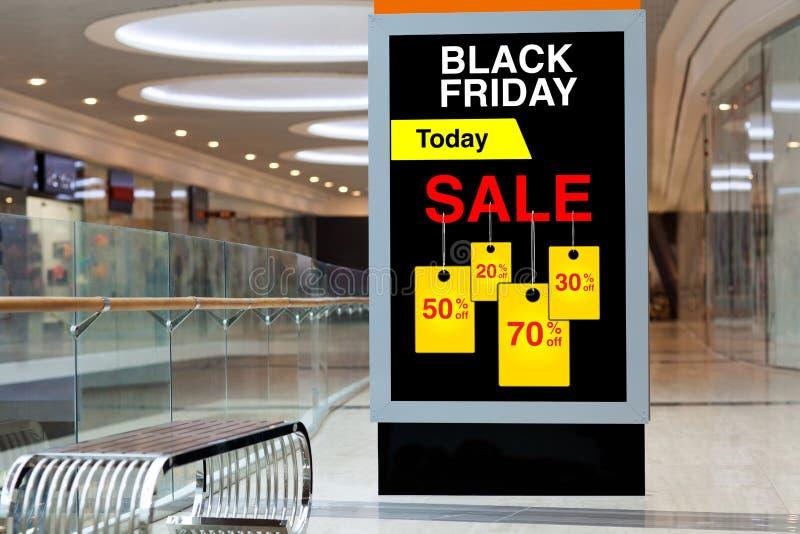 Panneau d'affichage faisant de la publicité Black Friday et des remises dans grand moyen photographie stock libre de droits