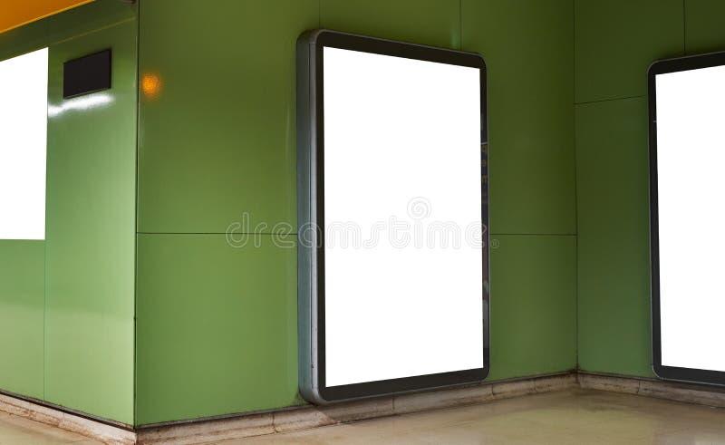 Panneau d'affichage urbain de la publicité blanche vide d'intérieur dans le hall de souterrain, portrait vertical, murs verts images stock