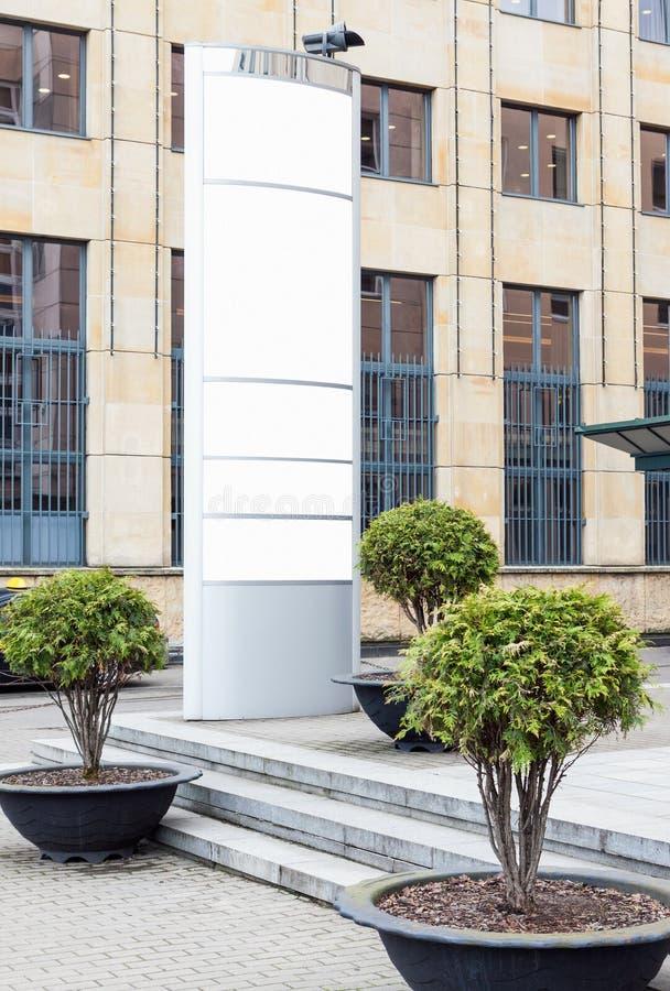 Panneau d'affichage vertical extérieur de grand blanc avec l'espace blanc de copie pour ajouter des noms de la société et des log photographie stock