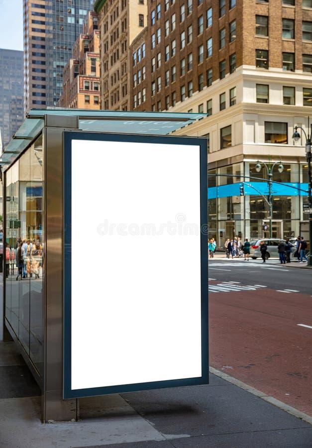 Panneau d'affichage vide à l'arrêt d'autobus pour la publicité, les bâtiments de New York City et le fond de rue image stock