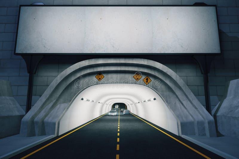 Panneau d'affichage vide au-dessus de l'entrée au tunnel la nuit, moquerie photo stock