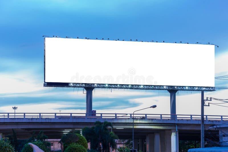 Panneau d'affichage vide au temps crépusculaire prêt pour la nouvelle publicité images libres de droits