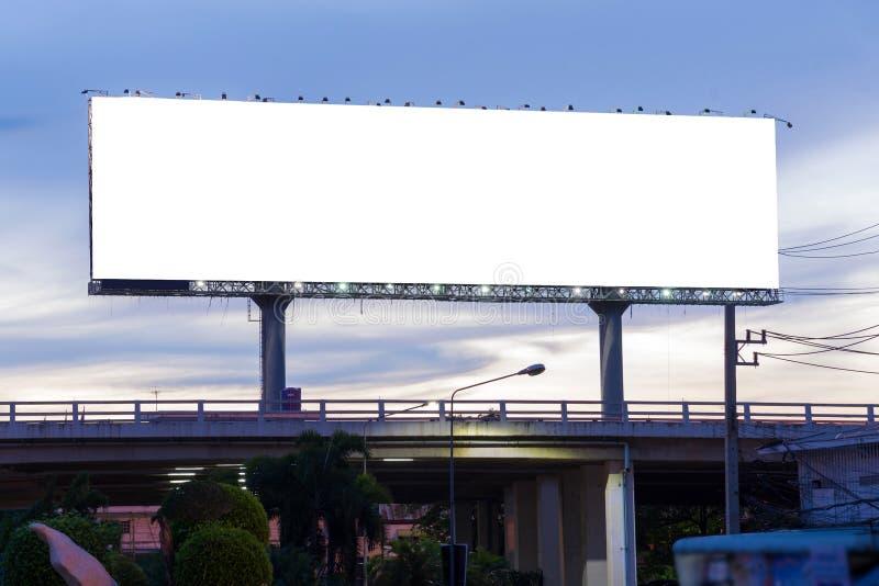 Panneau d'affichage vide au temps crépusculaire prêt pour la nouvelle publicité image stock