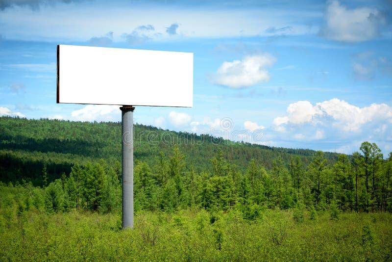 Panneau d'affichage vide dans la forêt photographie stock