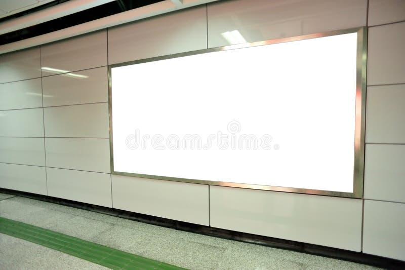 Panneau d'affichage vide dans le souterrain images stock