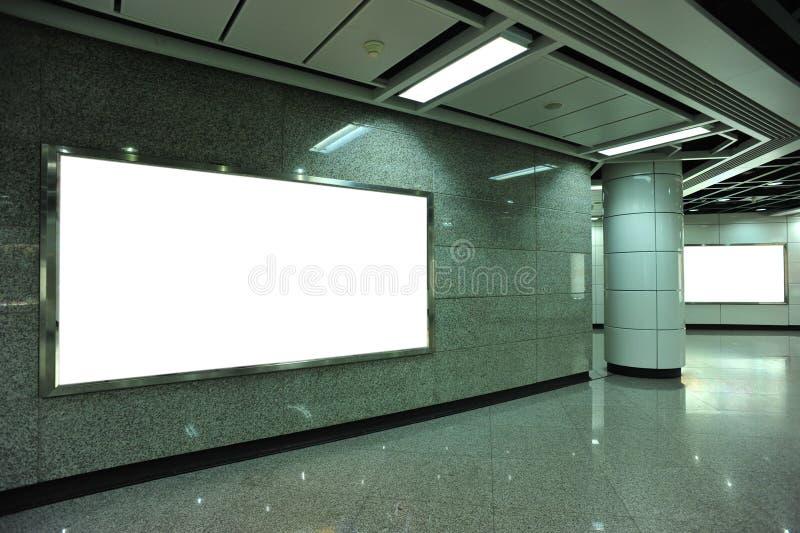 Panneau d'affichage vide dans le souterrain photographie stock libre de droits