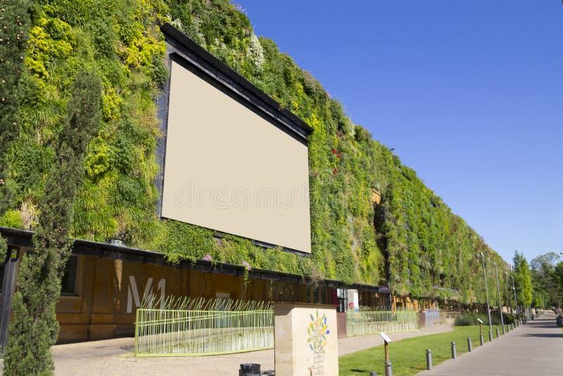 Panneau d'affichage vide dans un bâtiment vert images libres de droits