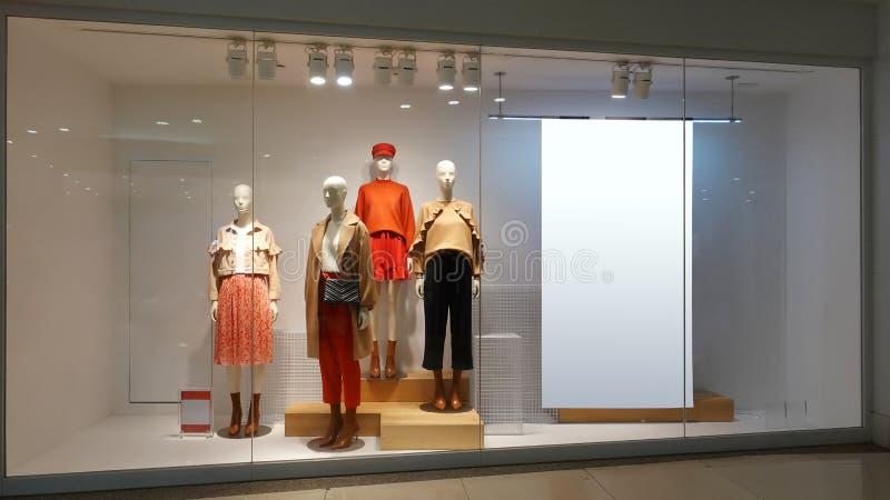 Panneau d'affichage vide de mannequins femelles de fenêtre de magasin d'habillement photographie stock