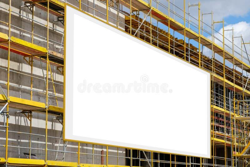Panneau d'affichage vide de publicité sur la façade d'échafaudage/bâtiment photo stock