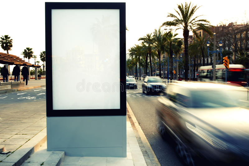 Panneau d'affichage vide dehors, publicité extérieure photo stock