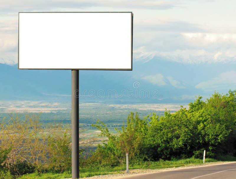 Panneau d'affichage vide horizontal pour la publicité extérieure à côté de la route image libre de droits