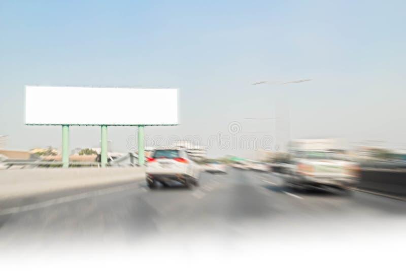 Panneau d'affichage vide le long de la route pour la publicité photographie stock libre de droits