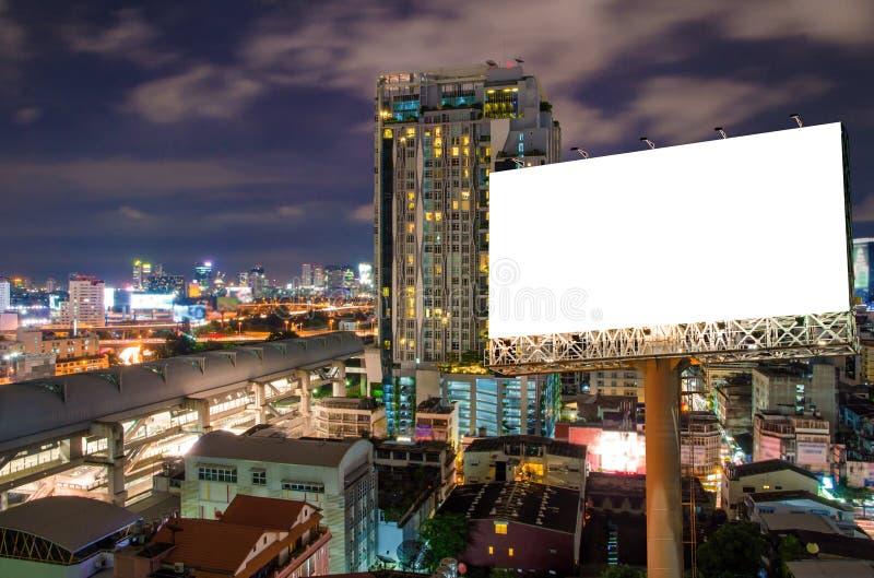 Panneau d'affichage vide pour la publicité dans la ville du centre la nuit photo libre de droits
