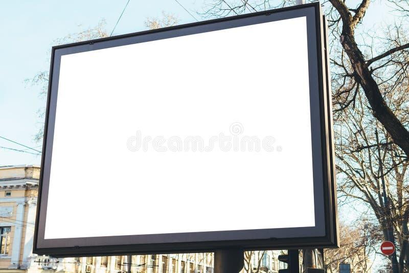 Panneau d'affichage vide rectangulaire sur la rue de la vieille ville images stock