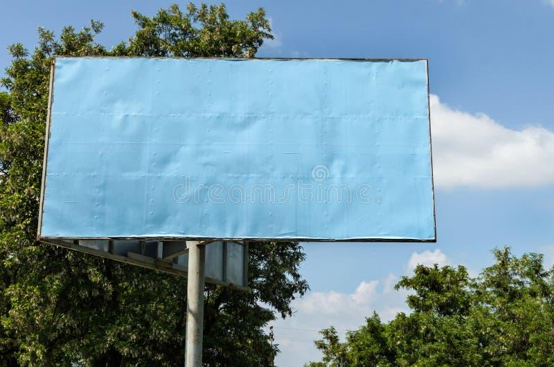 Panneau d'affichage vide sur le fond de ciel photos libres de droits