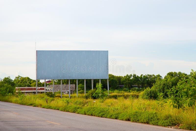 panneau d'affichage vide sur le sideway en parc image pour l'espace, la publicité, le texte et l'objet de copie panneau d'afficha photographie stock