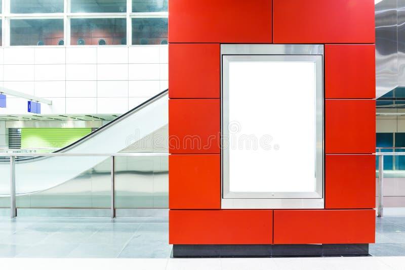 Panneau d'affichage vide sur le souterrain moderne photos stock