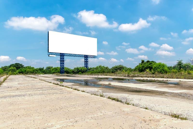 Panneau d'affichage vide un jour bleu lumineux prêt pour de nouveaux advertisemen image stock