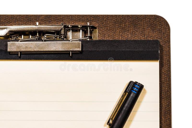 Panneau d'agrafe avec le stylo sur le fond blanc image stock