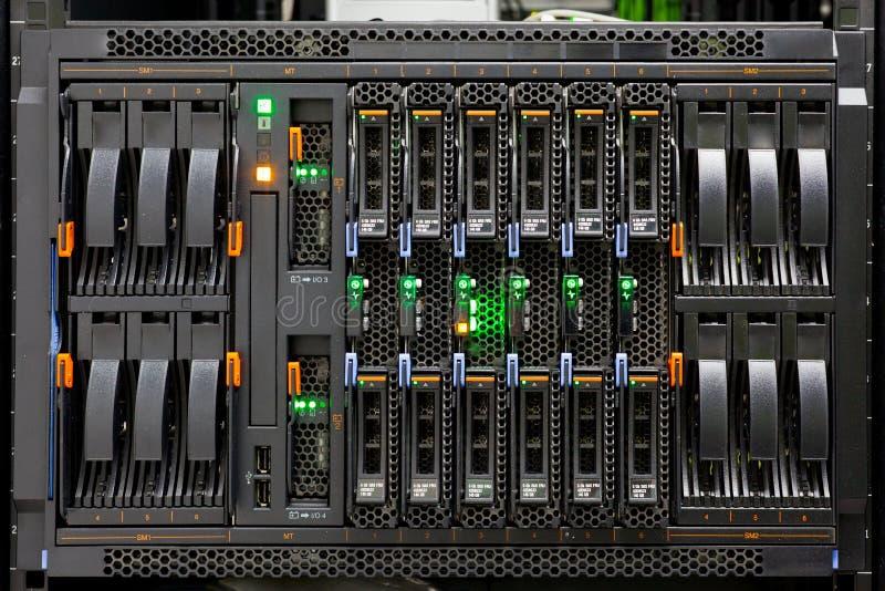 Panneau d'armoire de serveur de réseau avec des disques durs images libres de droits
