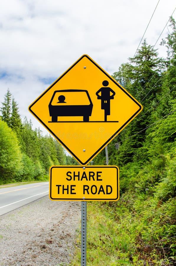Panneau d'avertissement au sujet de bicyclette sur la route photo stock