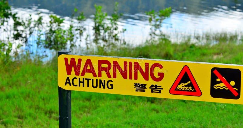 Panneau d'avertissement - crocodiles de danger, aucune natation au Queensland, Aus images stock