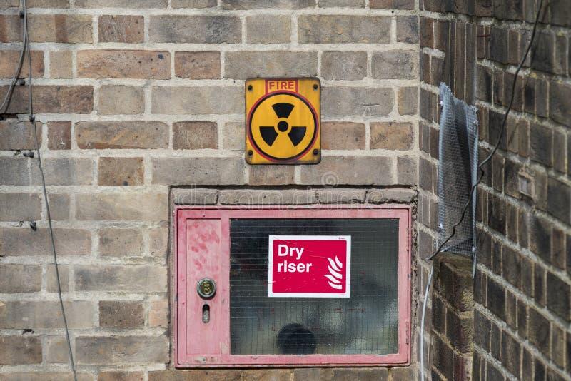 Panneau d'avertissement de rayonnement de minette photographie stock libre de droits