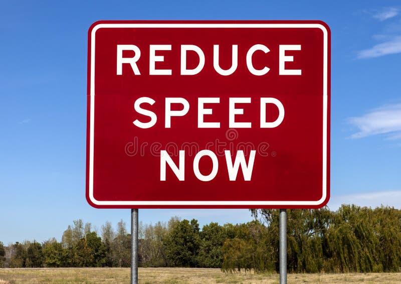 Panneau d'avertissement de route - réduisez la vitesse maintenant images libres de droits