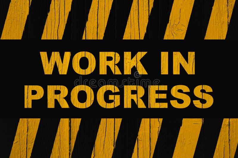 Panneau d'avertissement de travail en cours avec les rayures jaune-orange et noires foncées photos stock