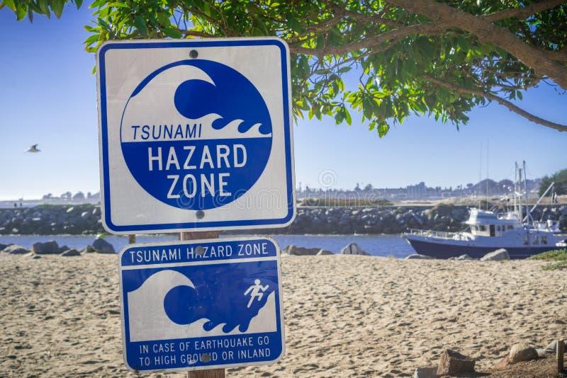 Panneau d'avertissement de ` de zone de risque de tsunami de ` photographie stock
