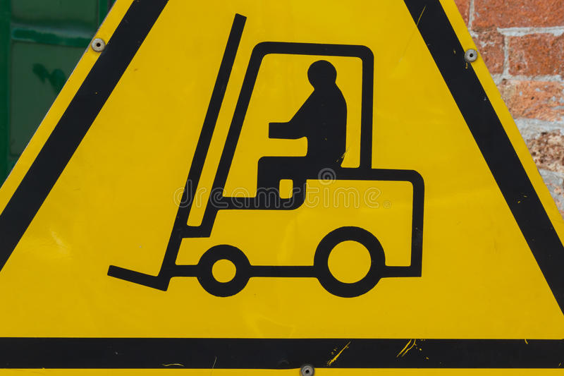Panneau d'avertissement fonctionnant jaune de chariot élévateur  photos libres de droits