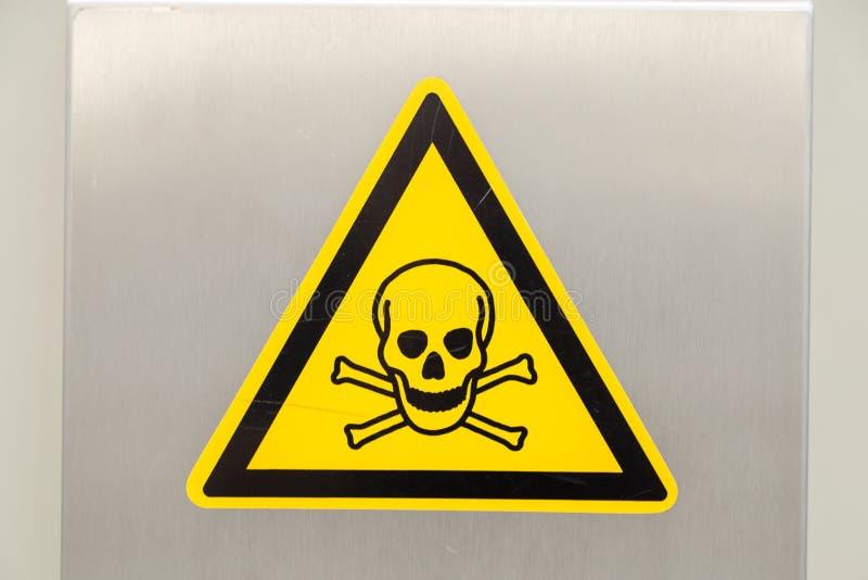 Panneau d'avertissement jaune avec le crâne image libre de droits