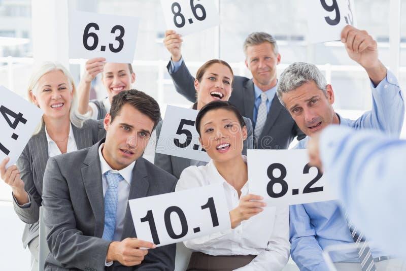 Panneau d'entrevue tenant des cartes de score dans le bureau image stock