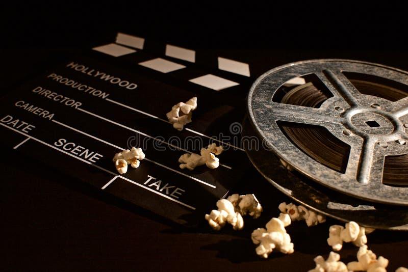 Panneau de clapet de film avec le maïs éclaté sur la table en bois photos libres de droits