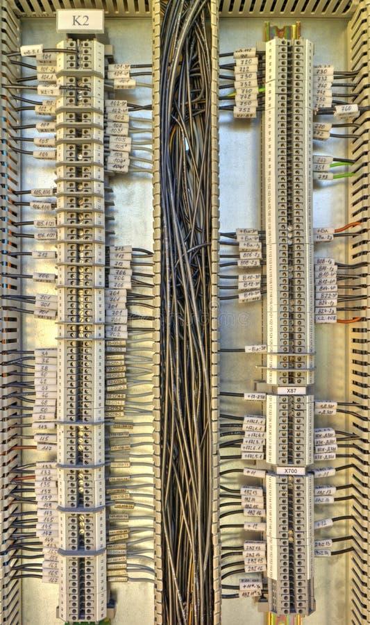 Panneau de commande avec des terminaux et des fils images stock