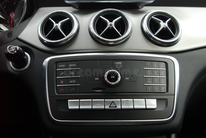 Panneau de commande dans l'intérieur de voiture photographie stock libre de droits