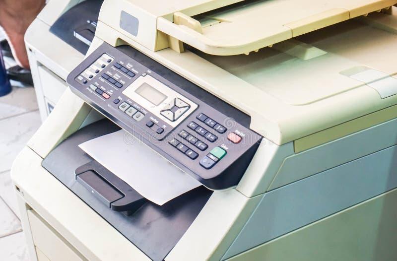 Panneau de commande manuel d'imprimante de foyer sélectif avec des documents d'entreprise dans le plateau image stock
