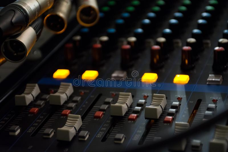 Panneau de commande de mixeur son sur le fond clair sombre dans la salle de commande audio images stock