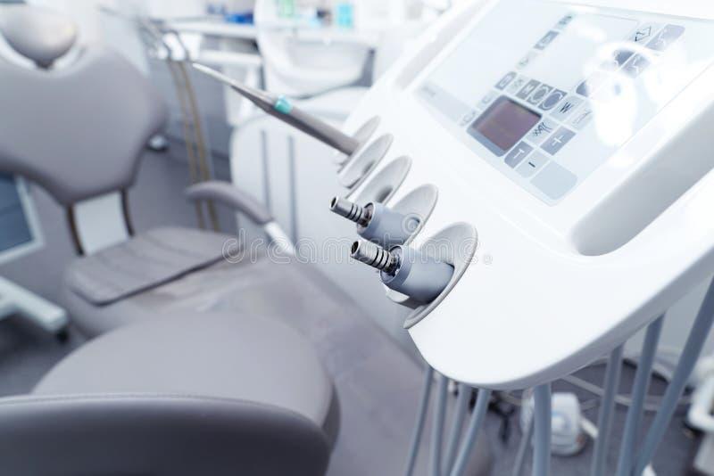 Panneau de commande de plan rapproché d'un endroit dentaire dans une clinique photo libre de droits