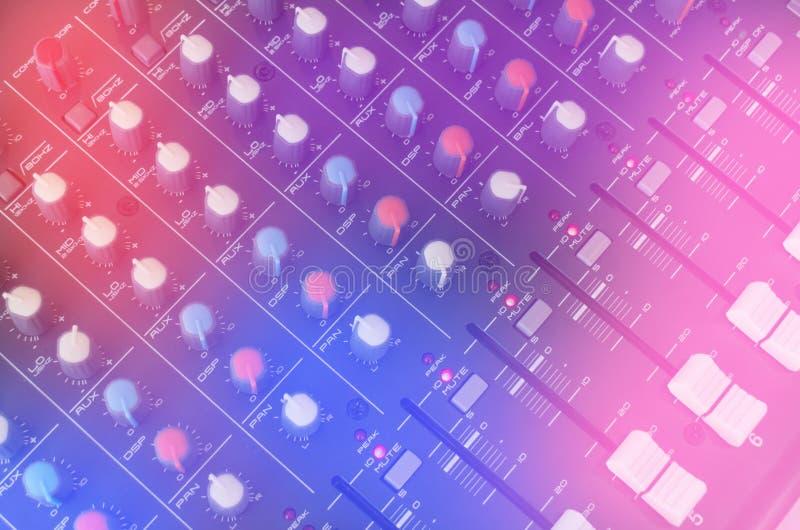 Panneau de commande sain de mélangeur de musique pour la chanson d'enregistrement d'ingénieur du son et de musicien illustration stock