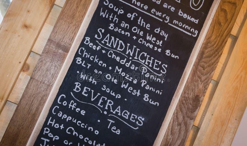Panneau de craie avec un menu de nourriture et de boissons photographie stock libre de droits
