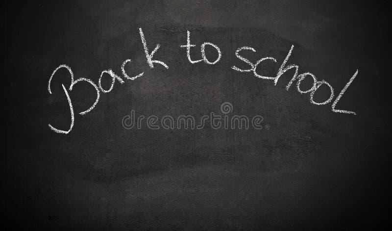 Panneau de craie d'école avec des mots de nouveau à l'école images libres de droits