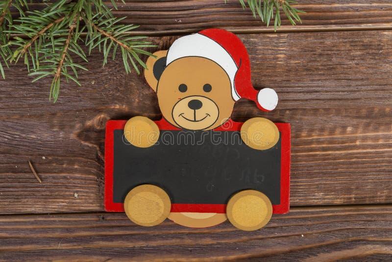 Panneau de craie de Noël sous forme de Santa sur un fond en bois foncé image stock