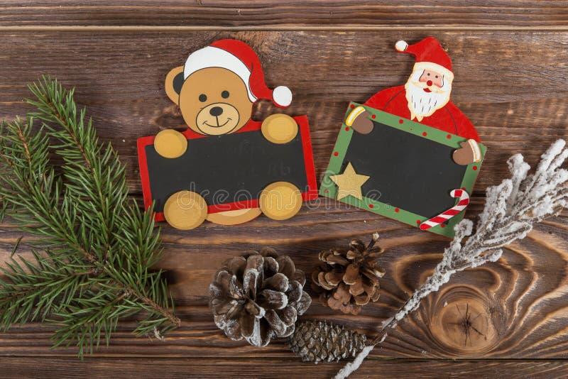 Panneau de craie de Noël sous forme de Santa sur un fond en bois foncé photo libre de droits