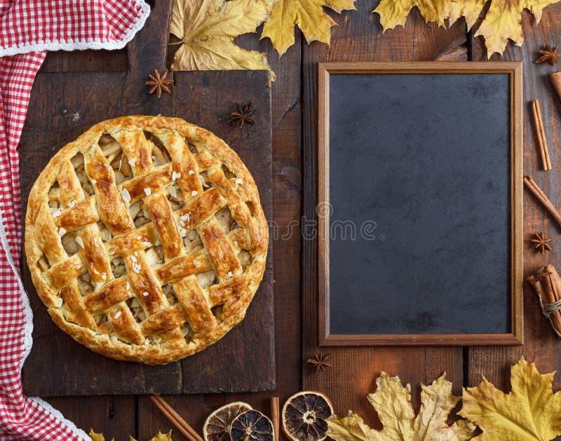 Panneau de craie noir vide et gâteau entier cuit au four de fruit photo libre de droits