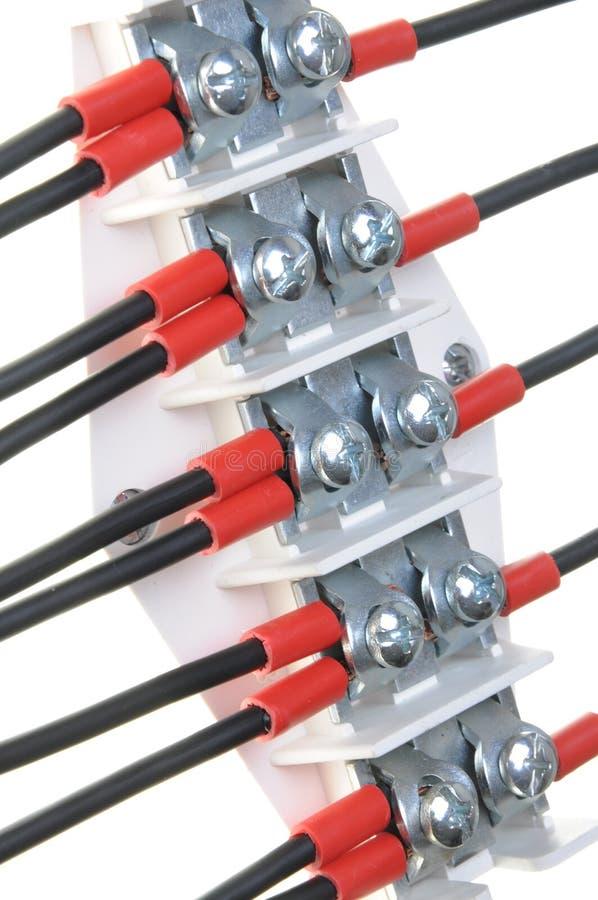 Panneau de distribution électrique avec les fils noirs photos stock