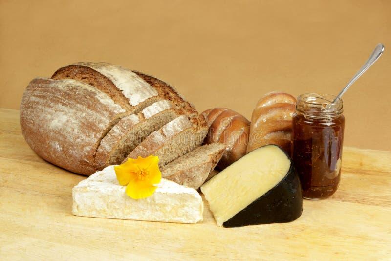 Panneau de fromage avec du pain de seigle photographie stock libre de droits